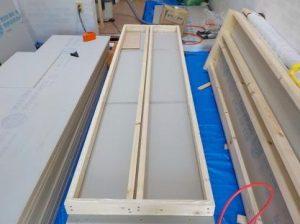 防音ブースの製作 スーパーストラクチャーの外側に防音材張り付け 糊付け