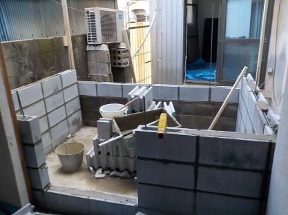 防音室の外壁下部はコンクリートブロック3