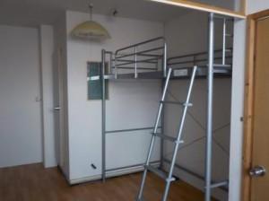 防音ブース付アパートにロフトベッドを設置
