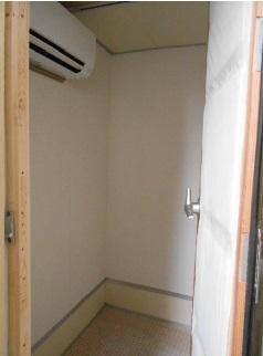 防音室の点上と一部壁に吸音材を張りました