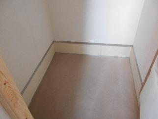 防音室の床に軟らかいカーペット敷きました