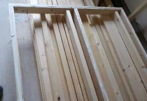 お部屋の中に新しい防音室を作るスーパーストラクチャー壁編|骨組みに接着材塗りつけ