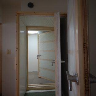 防音室付アパート ダイニングキッチンから防音室の扉