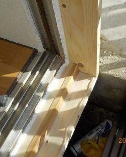 窓を二重窓に アルミ枠取付前シリコーン塗布
