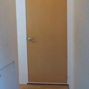 古民家風防音室に前室を作るため扉を設置する 扉建て込み