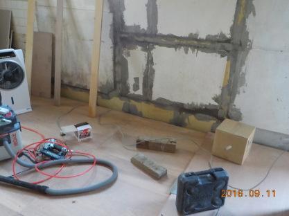 ファンデーションの工事 と壁の隙間をパテ詰め