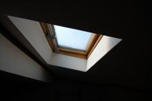 この天窓に網戸を取り付けます