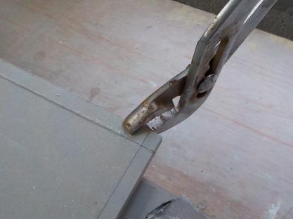 少しだけナイフで切断する場合はプライヤーで折る