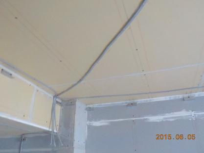 防音室の天井に吸音材を張る前に電気配線