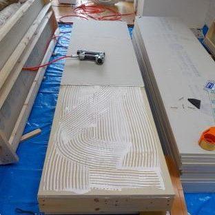 防音ブースの製作 スーパーストラクチャーの外側に防音材張り付け 2枚目スーパーボード張り付け