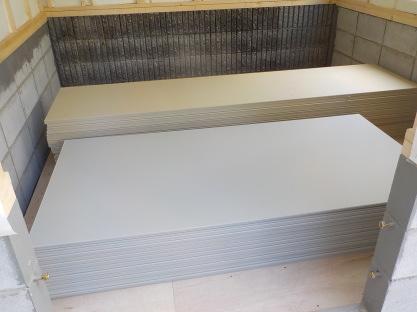 この2.5倍量の石膏ボードを張ります。