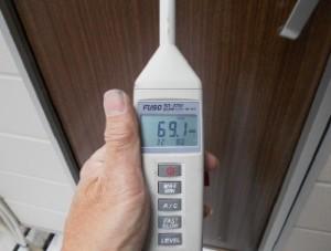 防音テスト ふたつ目のドアの外69.1dB