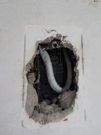 お部屋の中に防音室を作る時、元のお部屋の壁にコンセントがある場合コンセントを取る