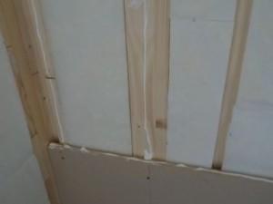 お部屋の中に新しい防音室を作るスーパーストラクチャー壁編| 内側の一枚目の壁を張る接着材を塗る
