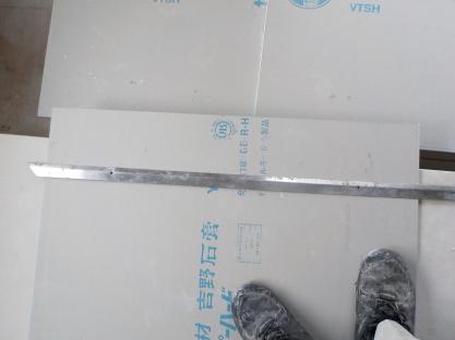 スーパーハードの切断 側面の切り込みに合わせて定規でもう片方にも切り込み