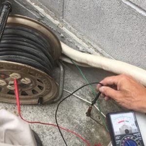 電気電源側とアースとの電圧の測定