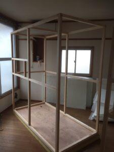 小さくて軽い防音室の骨組み組み立てました。1層目