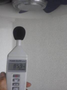 騒音計で測定する
