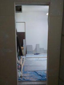 コンクリートブロックの防音扉の枠 取付前