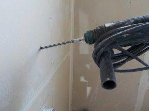 防音換気チャンバー 防音壁に穴を開けるためにパイロットホールの穴開け