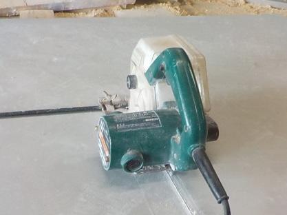 スーパーハードの切断 集塵器付き丸鋸による切断