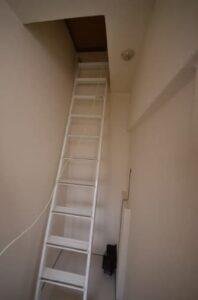 防音室付きロフト付きアパート 二階のお部屋に上がるハシゴ
