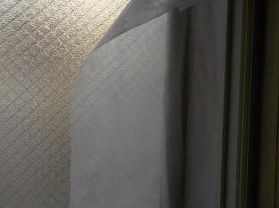 窓の防音 窓周りにグラスウール張り不織布の取付