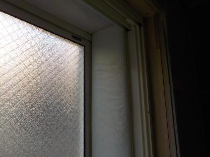 窓の防音 窓周りにグラスウール張り右横面完成