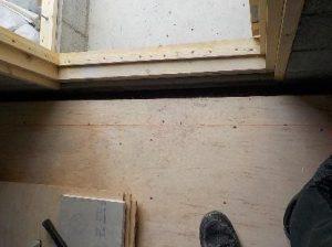 内ら側の防音室の図面を作るために墨を打つ