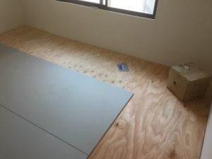 床の防音補強 3枚を「サウンドカット」で貼り付け