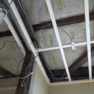 天井裏に吸音材を入れる1