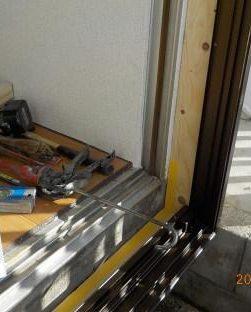 窓を二重窓に 枠下端シリコーン塗布
