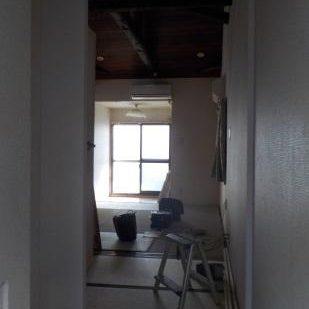 古民家風防音室に前室を作るため扉を設置する クロス貼り